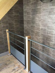 Pose de papier peint cage d'escalier